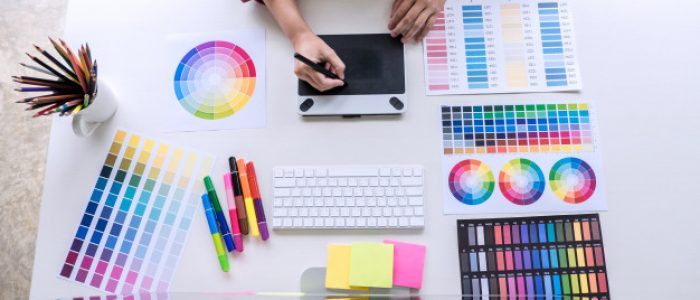 image-du-graphiste-creatif-travaillant-selection-couleurs-dessin-tablette-graphique_28283-898